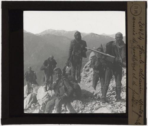 Exemple d'une photographie du fonds Colbert représentant des montagnards armés de fusils en Haute-Albanie